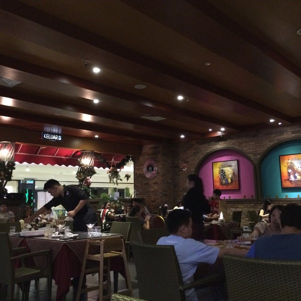 Photo taken at Pizzaiola by WengWeng B. on 5/15/2016
