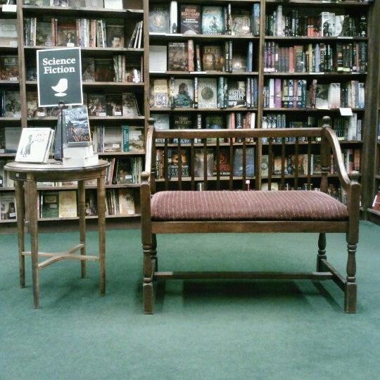 รูปภาพถ่ายที่ Tattered Cover Bookstore โดย Rebbecca R. เมื่อ 10/4/2012