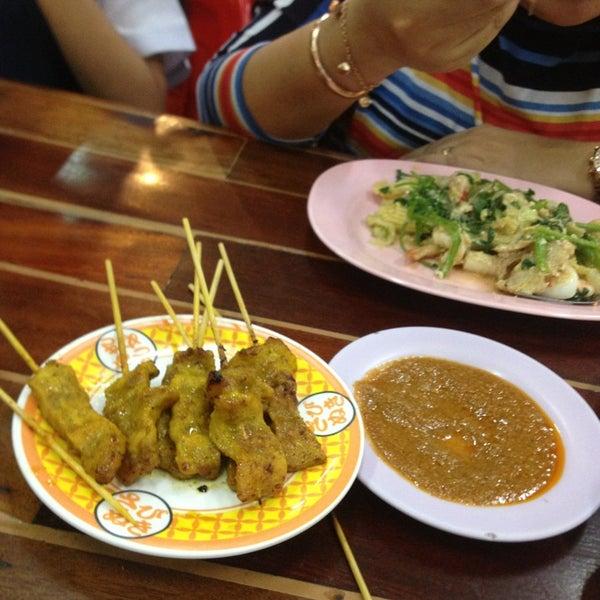 Photo taken at หมูสะเต๊ะแม่กำไร by Leang D. on 8/14/2013
