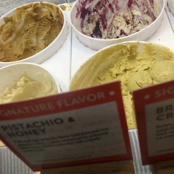 Das Foto wurde bei Jeni's Splendid Ice Creams von Stacy M. am 2/4/2015 aufgenommen
