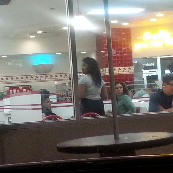 Photo taken at In-N-Out Burger by Top Notch Nation &. on 3/29/2014