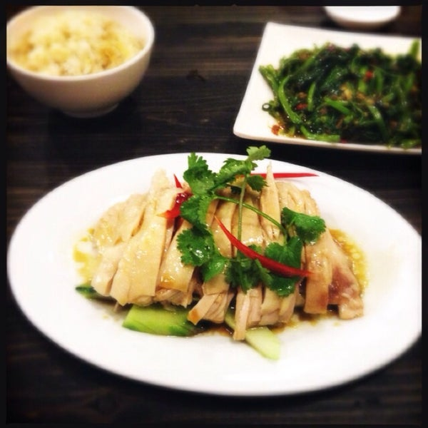 Photo taken at 五星海南鸡饭 | Five Star Hainanese Chicken Rice by Mike F. on 4/21/2014