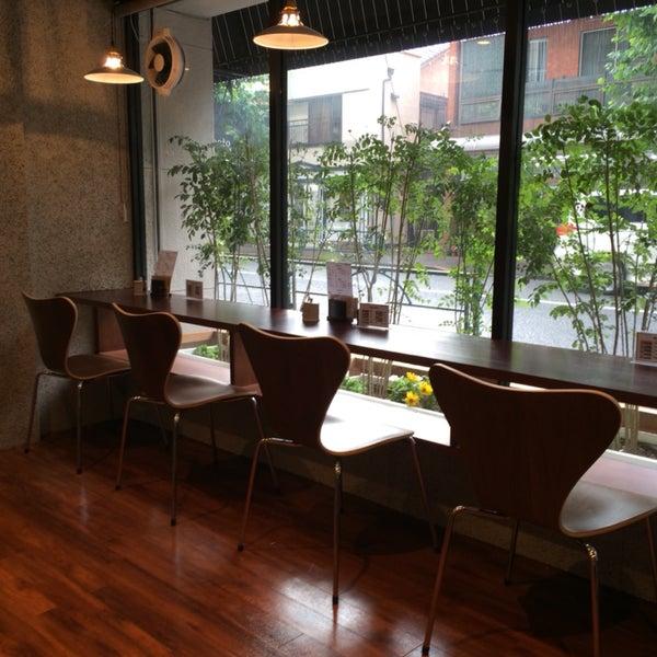 カフェなのにティータイムに営業しない、引退者が道楽で始めたお店。11:00-14:00 昼休み3h 17:00-19:00 水日休み。外観だけ立派な全くやる気ナシのお店。