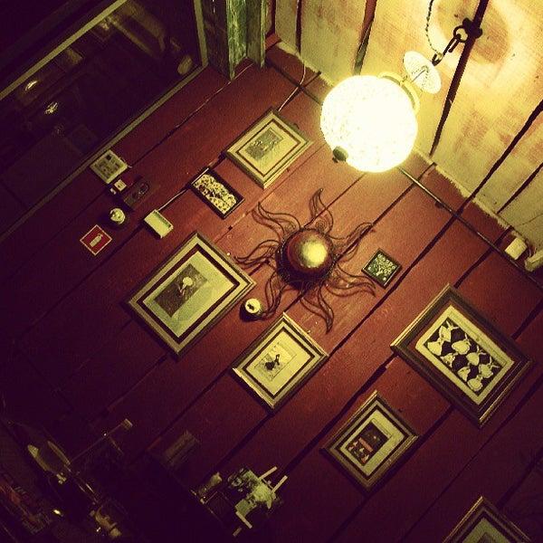 Снимок сделан в Кофейня «Кардамон» и лавка «Коллекция Пустяков» пользователем Nick S. 5/11/2013