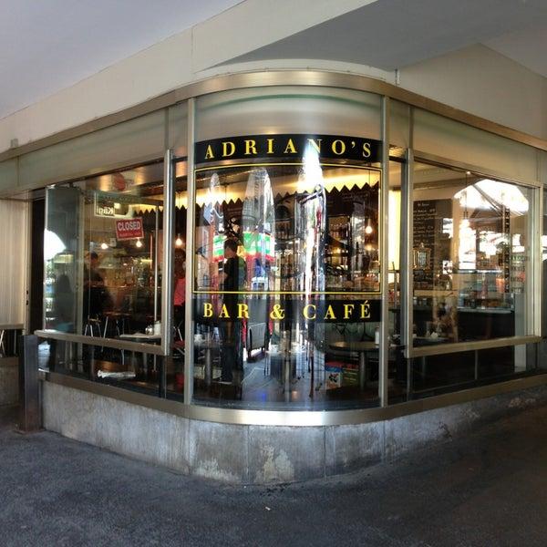 Foto scattata a Adriano's Bar & Café da Uwa S. il 7/11/2013