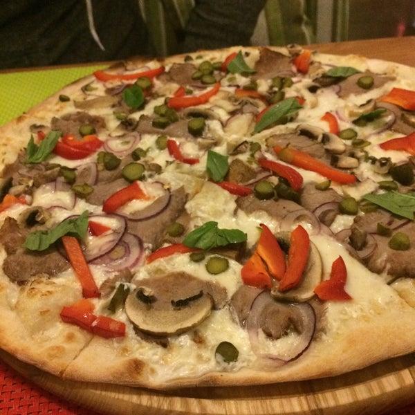Если хотите безвкусной пиццы за 200грн - то вам сюда!!!