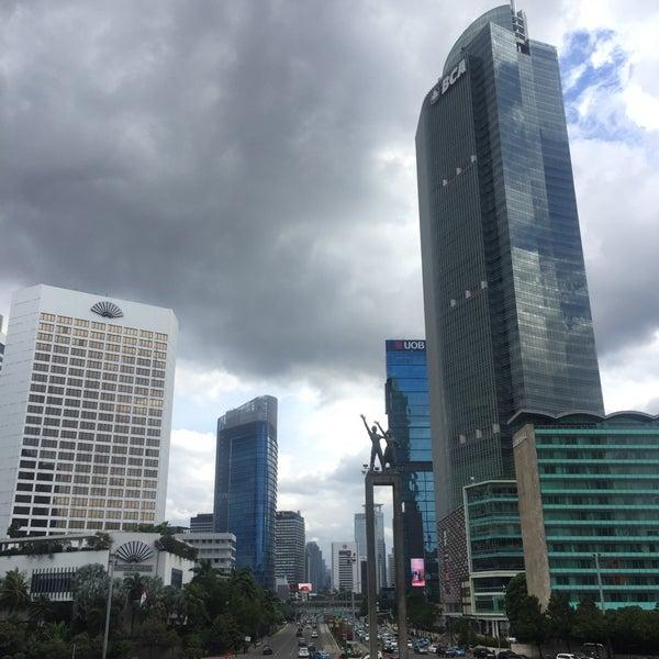 Photo taken at Bundaran Hotel Indonesia (Monumen Selamat Datang) by Rafael R. on 2/5/2017