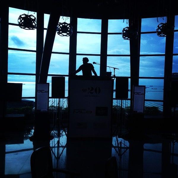 Foto diambil di ON20 Bar & Dining Sky Lounge oleh fajar_ibel a. pada 12/31/2014