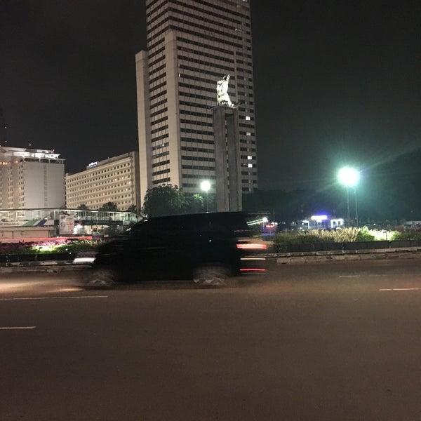 Photo taken at Bundaran Hotel Indonesia (Monumen Selamat Datang) by Putra M. on 2/20/2017