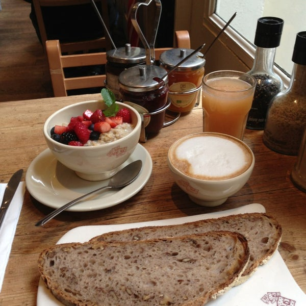 Photo taken at Le Pain Quotidien by H. K. on 5/25/2013