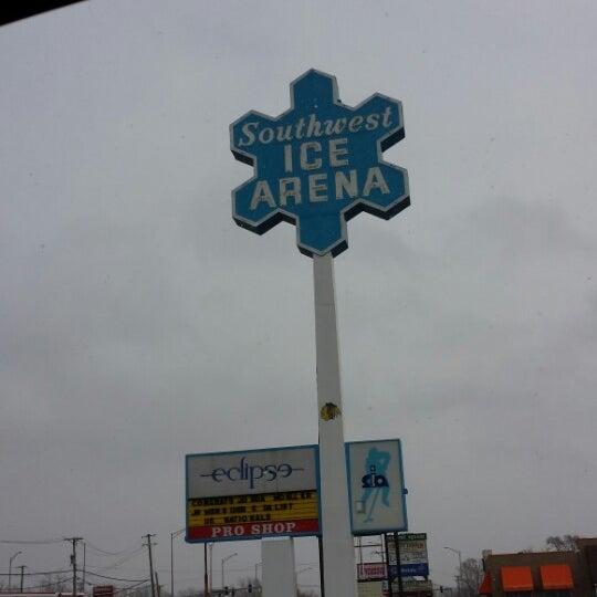 รูปภาพถ่ายที่ Southwest Ice Arena โดย phil w. เมื่อ 1/16/2014
