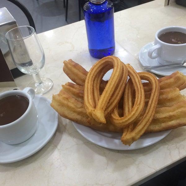 Снимок сделан в Churrería Los Artesanos 1902 пользователем Maria Z. 2/24/2016