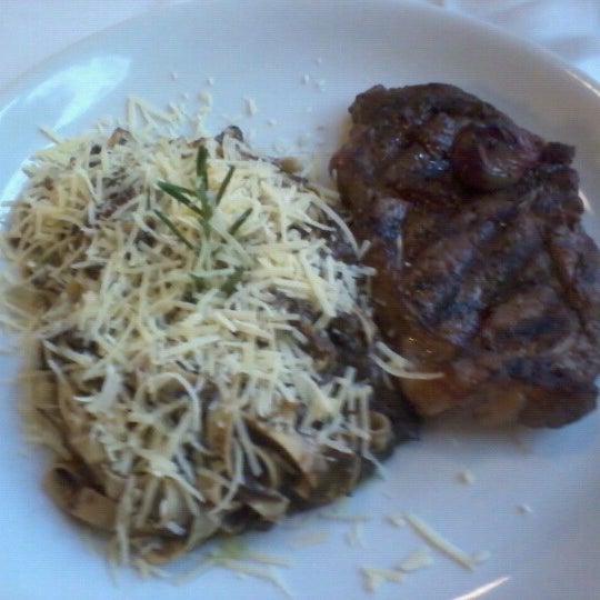 Foto tirada no(a) Zeffiro Restaurante por Augusto P. em 11/2/2012