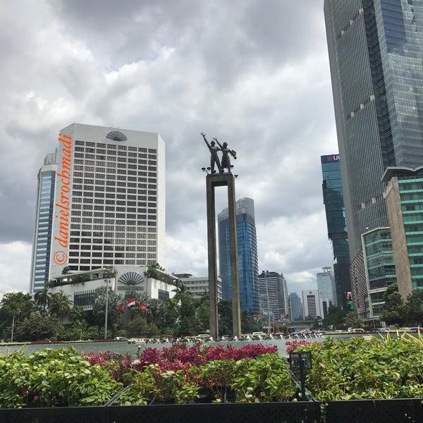 Photo taken at Bundaran Hotel Indonesia (Monumen Selamat Datang) by Daniel R. on 2/5/2017