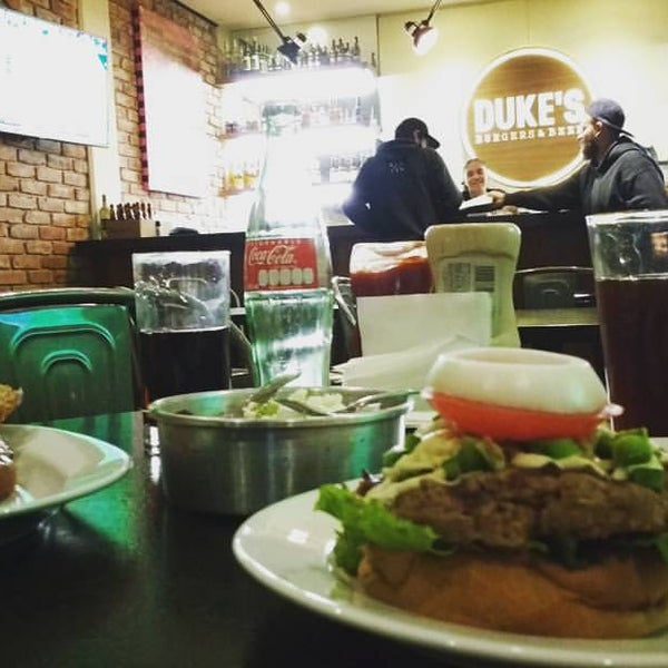 Foto tomada en Duke's Burgers & Beer por Maw T. el 10/14/2016
