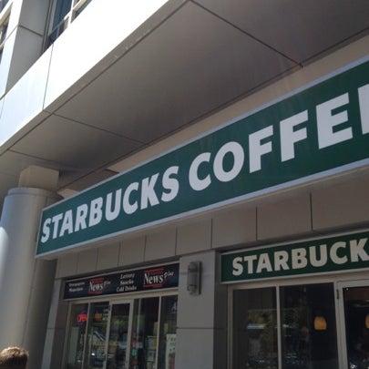 รูปภาพถ่ายที่ Starbucks โดย Linda . เมื่อ 8/6/2012