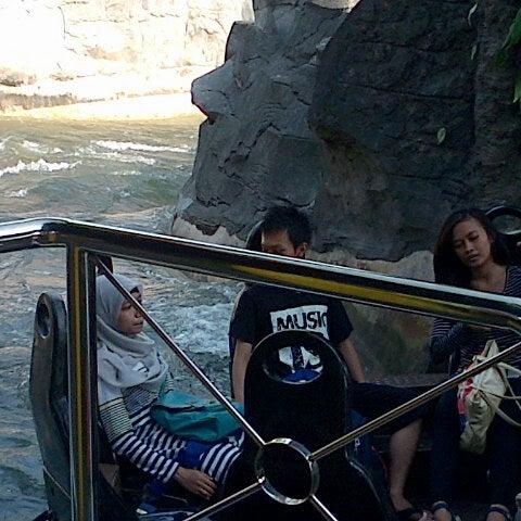 Foto scattata a Wahana Arung Jeram (River Raft Ride) da Mega F. il 9/15/2012