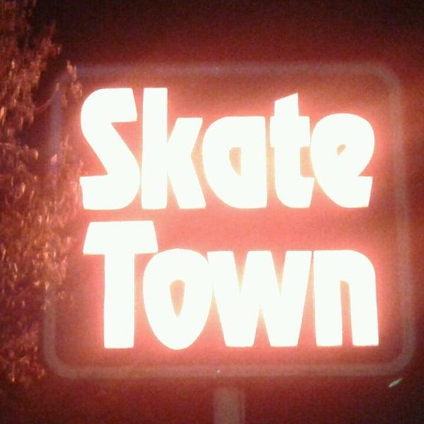 Das Foto wurde bei Skate Town von Leonard P. am 5/12/2013 aufgenommen