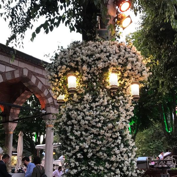 6/4/2017 tarihinde Merveziyaretçi tarafından Mihri Restaurant & Cafe'de çekilen fotoğraf
