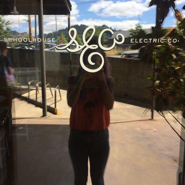 7/16/2017 tarihinde Charlene F.ziyaretçi tarafından Schoolhouse Electric & Supply Co.'de çekilen fotoğraf