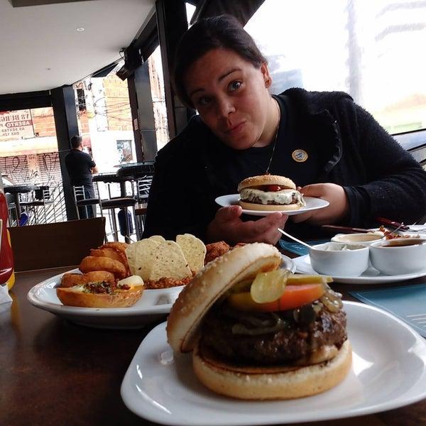 Foto tirada no(a) V8 Burger & Beer por Vinicius P. em 9/24/2016