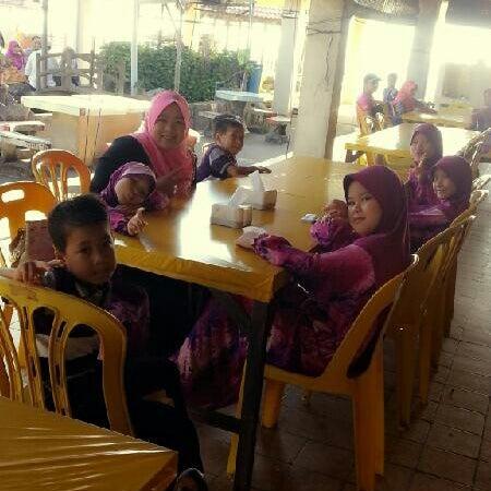 Photo taken at Restoran Lempeng by Muzzamil on 6/2/2013