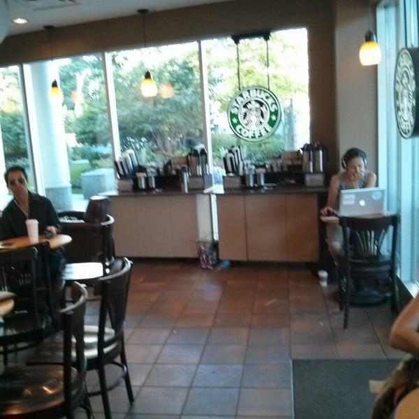 รูปภาพถ่ายที่ Starbucks โดย Max I. เมื่อ 8/10/2013