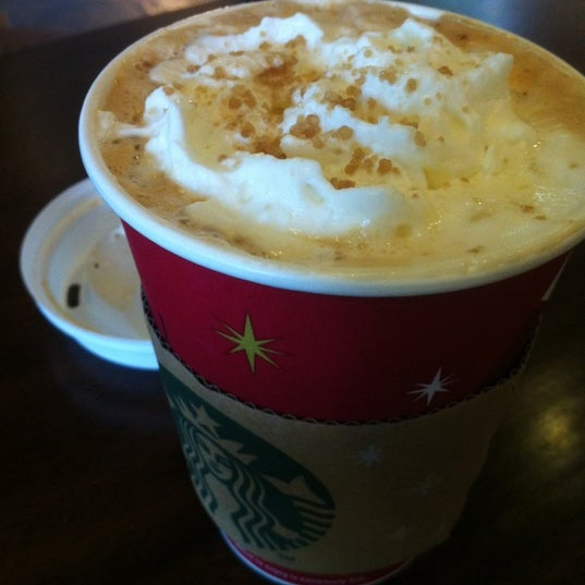 Photo taken at Starbucks by Tㅁㅌy the passer by on 11/18/2012