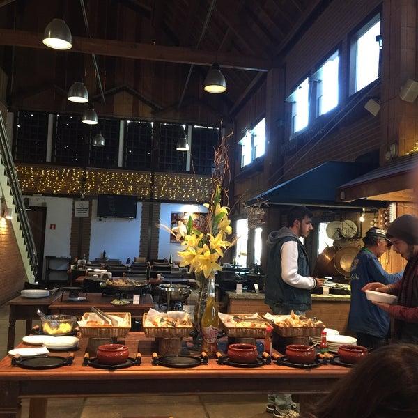 Muito bom o serviço, os garçons sao simpaticos e o buffet é bem variado, a anchova, uma delicia, tudo de bom....