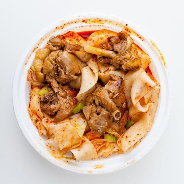 Foto tirada no(a) Xi'an Famous Foods por Peter B. em 11/29/2017