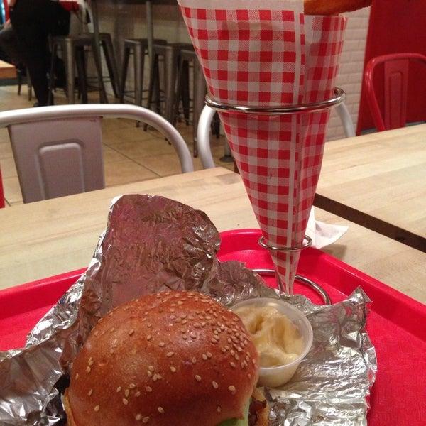 Foto tomada en F. Ottomanelli Burgers and Belgian Fries por Eddie Q. el 9/17/2013