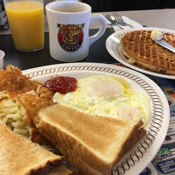 Photo taken at Waffle House by Kenneth T. on 11/13/2016
