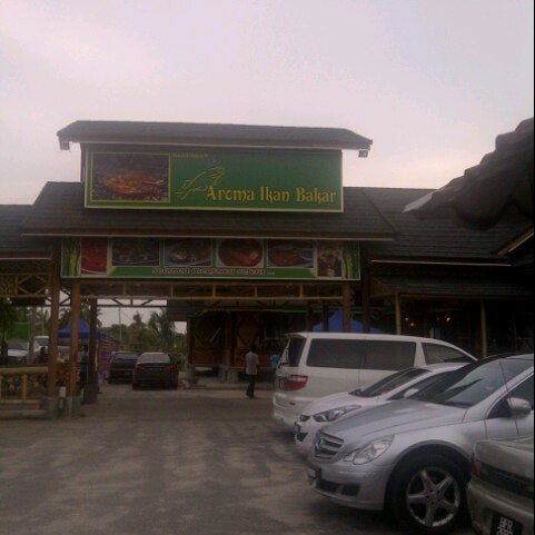 Photo taken at Aroma Ikan Bakar by Farhan R. on 9/23/2012
