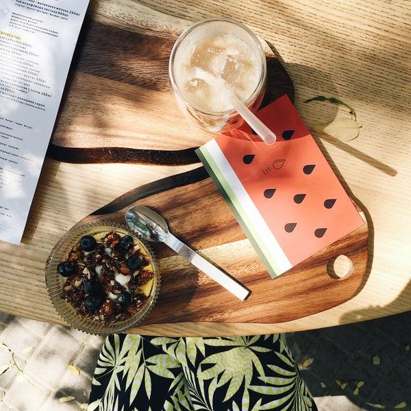 Приятные официанты, очень вкусный йогурт трайфл с голубикой и орехами, есть летняя площадка, на случай если внутри все занято😜
