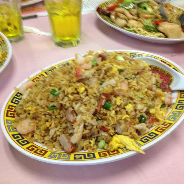 Photo taken at Chifa Du Kang Chinese Peruvian Restaurant by Fritz V. on 4/14/2013
