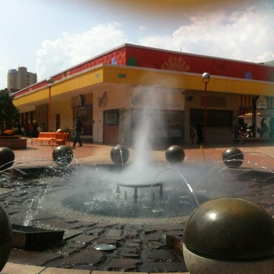 Foto tomada en Plaza del Sol por Marthiwiliwiz R. el 10/28/2012