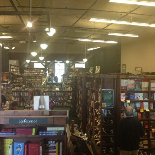 รูปภาพถ่ายที่ Tattered Cover Bookstore โดย Rick S. เมื่อ 11/4/2012