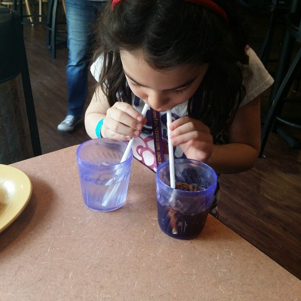 Photo taken at Stonefire Pizza Company by Guillermo C. on 5/4/2014