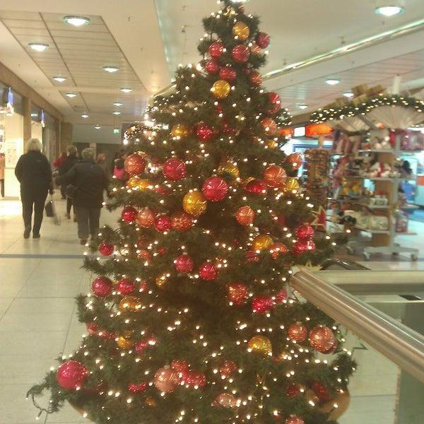 Das Foto wurde bei Promenaden Hauptbahnhof Leipzig von T K. am 12/19/2013 aufgenommen