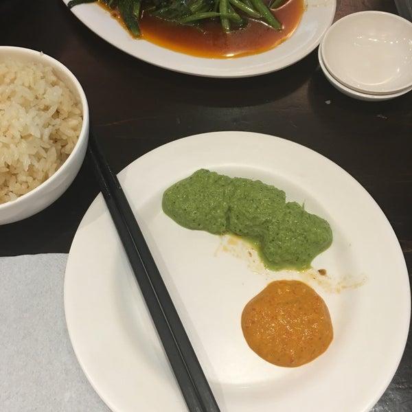 Photo taken at 五星海南鸡饭 | Five Star Hainanese Chicken Rice by Jun Q. on 6/29/2016