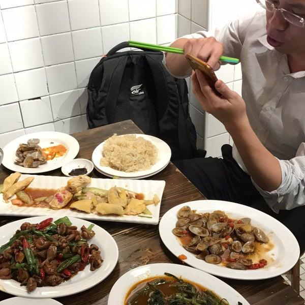 Photo taken at Five Star Hainanese Chicken Rice by Jun Q. on 8/3/2017