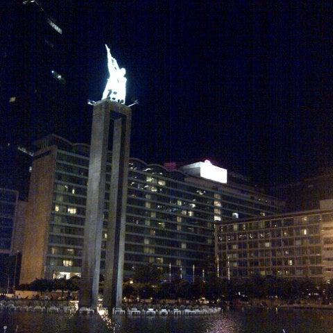 Photo taken at Bundaran Hotel Indonesia (Monumen Selamat Datang) by Royke E. on 4/13/2013