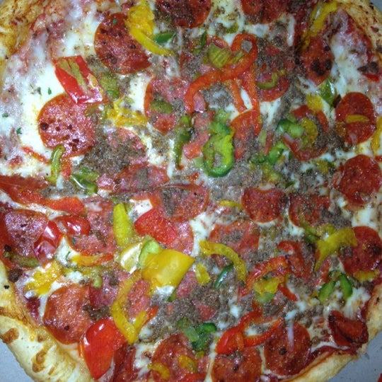 Photo taken at MamaDellas N.Y. City Pizzeria by Kyra on 9/15/2012