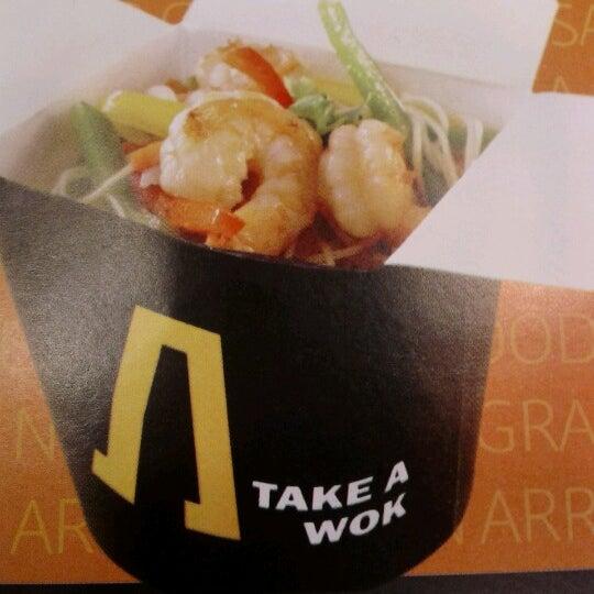 Foto tomada en Take a Wok por Mittsy V. el 9/16/2012