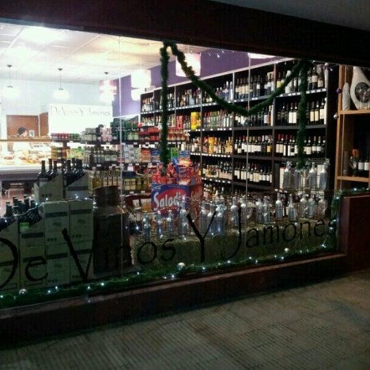 Foto tomada en De Vinos Y Jamones por Juan S. el 12/24/2012
