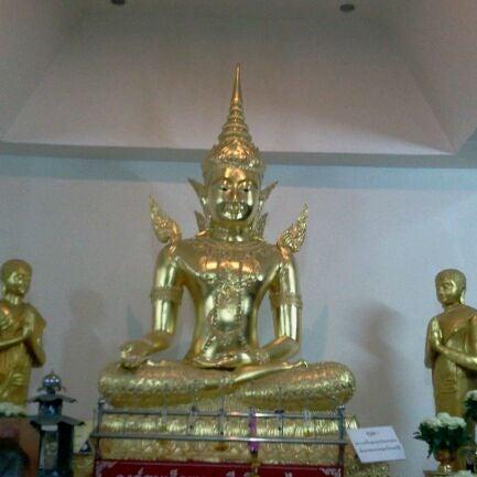 Photo taken at วัดหิรัญรูจีวรวิหาร (วัดน้อย) Wat Hiran Ruchi Worawihan (Wat Noi) by Bombay B. on 5/21/2012