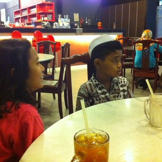 Photo taken at Red Wok Restaurant by Babah B. on 1/10/2012