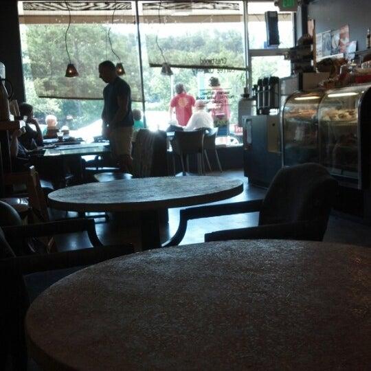 Foto tirada no(a) Crestwood Coffee Co. por Clay O. em 8/12/2012