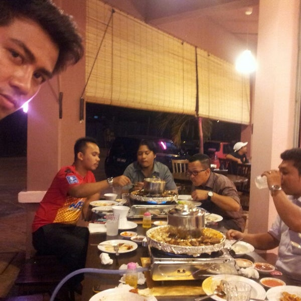 Photo taken at Mak Engku Steamboat & Grill by Qumar g. on 6/28/2013