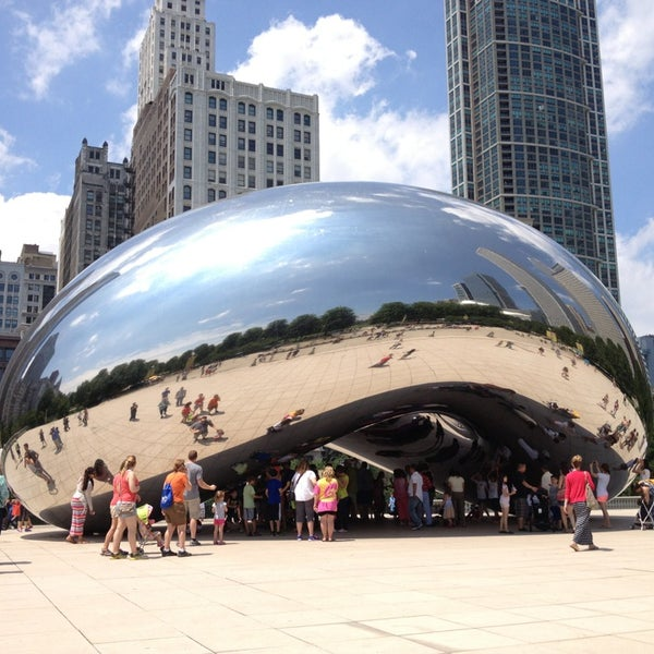 Photo taken at Cloud Gate by Anish Kapoor by Elleen on 7/10/2013
